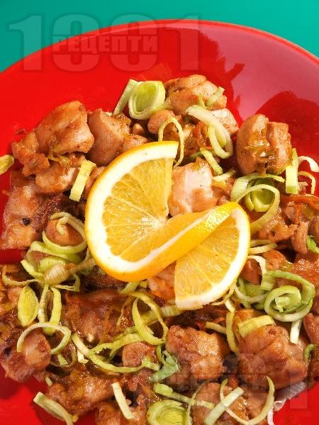 Пържено пилешко месо в портокалов сос, соев сос, рибен сос, джинджифил и праз лук на тиган - снимка на рецептата